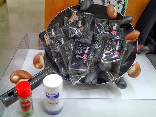 鉄鍋で作るスケーリーフット炒め。 備え付けのお塩とおコショーを振ってからレジへ。