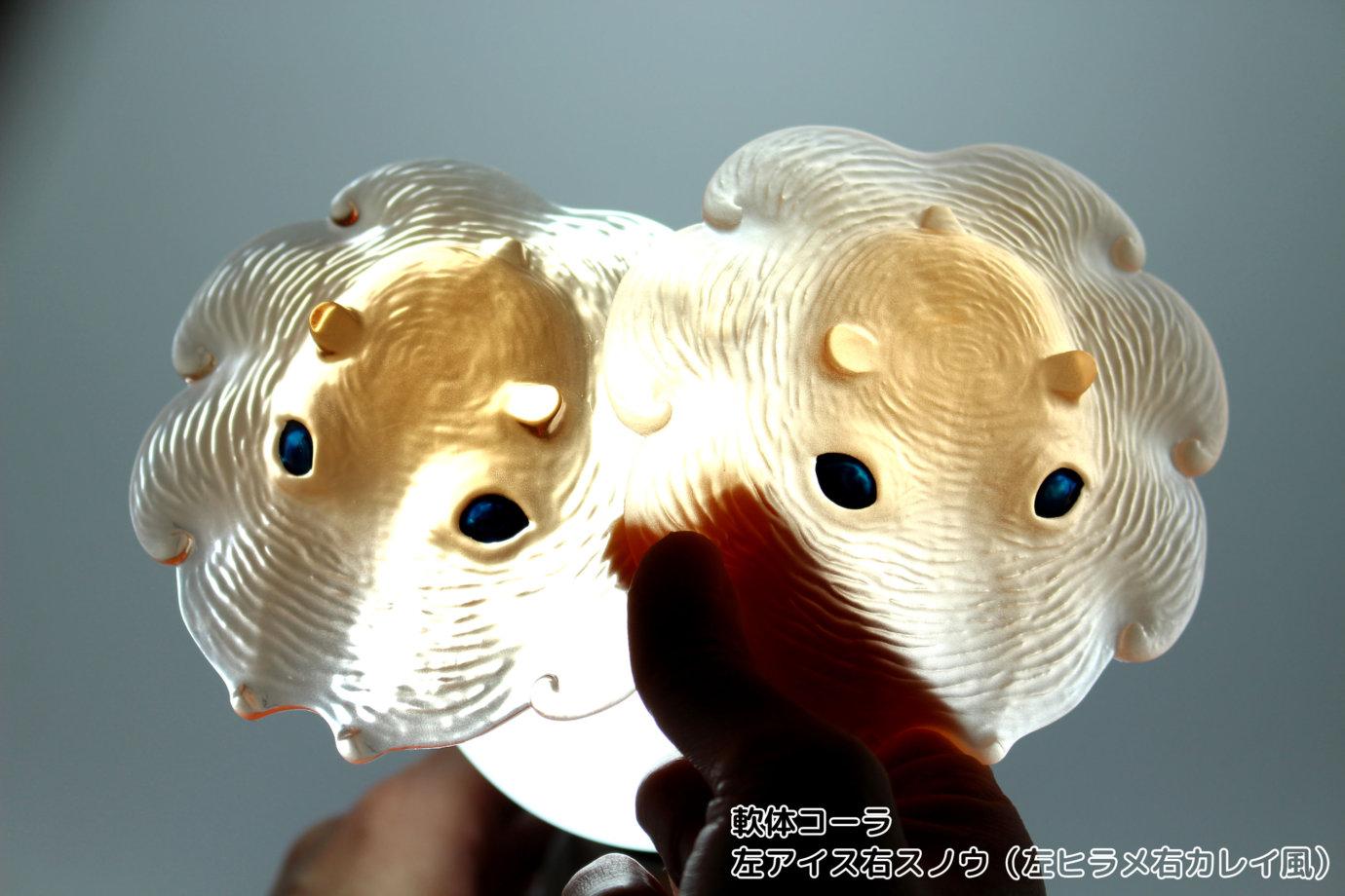 光にかざしたカップメンダコ クリア軟体コーラ